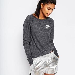 vintage sweatshirt fra Nike Gym  Tegn på slid i udseende da den er brugt, den fejler dog ingenting.   Flere billeder i kommentar.