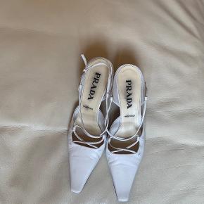 Hvide lav hælede Prada sko. Materiale: Læder. Lidt slid