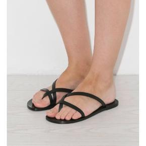 Flotte og stilrene sandaler fra ATP. Nyprisen er 1300kr, og standen er rigtig fin. De er gået med maks 10 gange, og der er derfor de almindelige brugstegn. BYD