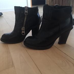 Fede støvler fra Chloé, har tidligere været langskaftet, men er blevet lave korte.