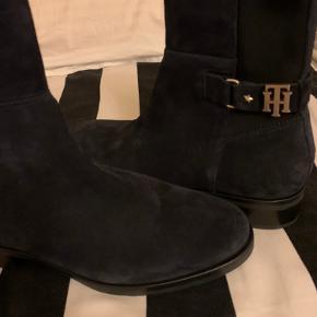Flotte Tommy Hilfiger ruskind støvler i farven mørkeblå. Det er en størrelse 36, og de er splinter nye. De har stadig prismærker siddende. Mindstepris er 400 kr. + porto. Bytter ikke.