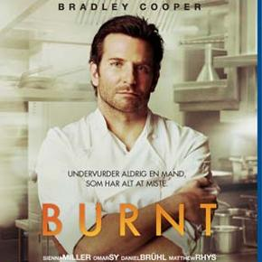 4287 - Burnt (Bradley Cooper) (Blu-ray)  Dansk Tekst - I FOLIE    Burnt  Gastronomisk rockstar i Paris, to Michelin-stjerner på CV'et og alt, hvad hjertet begærede af sprut, damer og divanykker. Adam Jones (Bradley Cooper) nød smagen af succes for en kort stund, men brændte hurtigt ud. Nu vil han starte forfra og erobre den tredje og sjældne Michelin-stjerne i London. For at nå det ultimative topniveau skal han undgå fortidens fælder og håndplukke de bedste og mest kompromisløse kokke, der er villige til at ofre alt for at skabe verdens bedste restaurant. Og da den smukke og talentfulde kok, Helene (Sienna Miller), kommer på holdet, står Adam pludselig med en kvinde, der ikke bare matcher ham i ambitioner og evner, men som også tør give hans arrogance og ego et velfortjent modspil.  Burnt  er en cool og charmerende film om passion for mad, kærlighed mellem to ambitiøse mennesker og gaven i at få en chance til.  Tekst fra pressemateriale