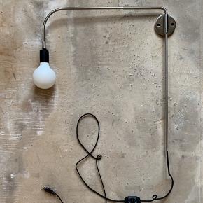 Warren Wall Lamp BY SØREN ROSE STUDIO / H: 56 cm, D: 62 cm / børstet stål / pære medfølger / beslag til ophæng medfølger