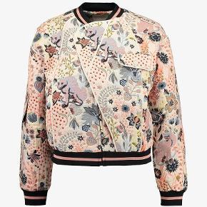 Postyr Posdesiree bomber jakke. Passes af str. xs - small. Aldrig brugt.   Tags: Bestseller.