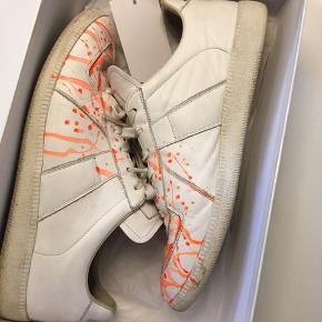 Maison Margiela - paint splatter sneakers Str. 43  Med OG boks. Kan måske finde kvitteringen..  Nypris: 3900,-  Byd! :-)