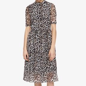 VERO MODA // Den populære leopardkjole (stadig i butik, 329kr). Brugt få gange. Afhentes gratis eller sendes med DAO for 30kr.