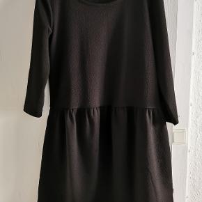 Fin kjole med rigtig fin struktur i stoffet
