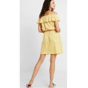 Så flot kjole med flæsekant. Kan bruges offshoulder der giver ret flot figur - når mig til over knæene (er 165 høj) 😁 Jeg kan ikke passe den, derfor ingen billeder med den på 😊