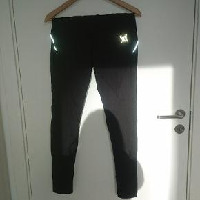 Sorte tights med reflekser på lænd og ben og lomme på lænden.