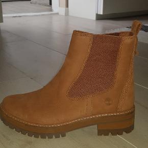 Lækre og velholdte støvler. Brugt få gange og står stort set som nye. Sendes i original æske.