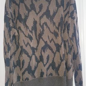 En skøn og let bluse fra 'by Malene Birger' i grønne nuancer.   Blusen sidder løst og passe perfekt til både bukser eller nederdele.   Aldrig brugt.