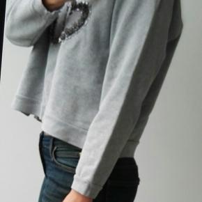 Varetype: Sweatshirt Oui i pailletter sweater bluse trøje bomuld paljet paliet pailet Farve: grå, lysegrå Estimeret nypris: 900 kr.  Materiale: 80 % cotton, 20% polyester Mærke: Baum und Pferdgarten Vægt: 373 gram  Beskrivelse: Baum sweater med Oui skrevet i pailletter. Den er fnuldret, hvorfor prisen er så lav. Den har raglanærmer. Der er en lille slids i ribben for neden.   Størrelse: L (large, 40) Mål:  Længde: 52,5 cm Ærmelængde: 63  Bredde over brystet: 56 Bredde for neden: 55  Klik på Køb nu knappen og køb med det samme. Hvis der er mere på min profil du ønsker at købe med, tilføjer du blot det.  Mine annoncer er delt op i kategorier, dvs. alle jeans, jakker, kjoler etc. er samlet hver for sig på profilen. Scrol og se alle ting i shoppen. Dukken er en str xs/s og 174 cm til sammenligning.