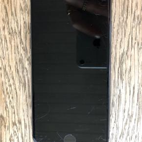 Sælger min iPhone 8 i sort, da jeg har fået en ny. Den fungerer fuldstændig optimalt, men har ifølge forsikringen kosmetiske skader på frontskærmen. Bagsiden har ingen ridser overhovedet. Originalbox medfølger ved køb. Kom med et bud, ingen fast pris.