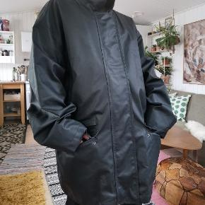 Super fed herre jakke fra sand copenhagen. Nypris 3.300 Jeg har brugt jakken som en oversize jakke, jeg er selv en str small. Jakken har et fedt læderlook