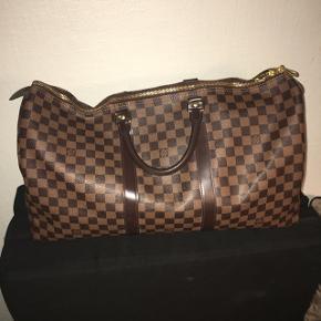 Louis Vuitton taske købt i LA i 2017. Få ridser som ses på billede 2 ellers som ny. Dustbag haves og lås med nøgle. Er villig til at gå lidt ned i pris, men som sagt er den 9,5/10. Np var 11.000 kr
