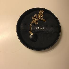Rigtig fin Arena halskæde med sort hjerte( som måler ca.1,8 cm) kæden er ca.52 cm Kæden er brugt ganske kort men rigtig fin😉 Sælges for 150,- super billigt- ny pris 800,-