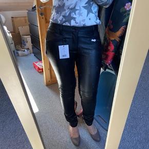SÅ lækre læderbukser/leggings fra STAND i det blødeste lammeskind. Bukserne har elastisk stof  på bagsiden, hvilket gør at de er rigtig dejlige at have på. De er lidt små i str.  De er spritnye .