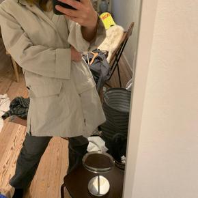Sælger denne super seje/praktiske jakke. Jeg har haft meget glæde af den. Må dog erkende at jeg skal af med nogen af mine jakker desværre 😬