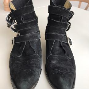 Sælger mine skønne og BRUGTE (deraf prisen) Toga Pullas. Støvlerne har været forsålet siden jeg købte dem, og kan efter min mening stadig slides ydeligere før en ny forsåling er nødvendig 😊 De bærer præg af brug, men er blevet imprægneret jævnligt, og generelt passet godt på.