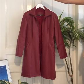 Flot lang vintage jakke fra 90'erne i falsk lædder. læderet er revnet en smule ved den ene lomme og der er andre små tegn på brug.
