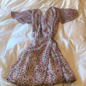 Sælger denne kjole da jeg aldrig har fået den brugt   Sender kun! Køberen betaler fragt!