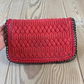 Mega flot taske i en lækker farve!! Den er brugt og gået lidt i stykker i stoffet nede i tasken (se billeder), men den er stadig 110 pct. brugbar og fremstår ellers fint💋