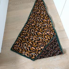 Brugt få gange, vendbart og super flot asymmetrisk trekantet tørklæde.