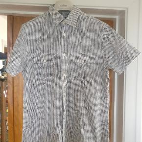 Tiger of Sweden kortærmet skjorte model Livio lavet i ren bomuld. To lommer front. Rigtig fin condition brugt ganske lidt.  Mp 275