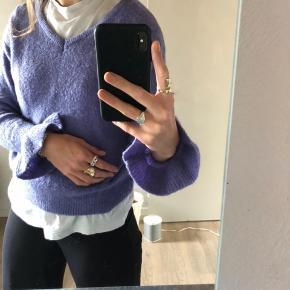 Sød sweater hvis ærmer går stramt ind ved håndleddet og herefter flagrer 🌞