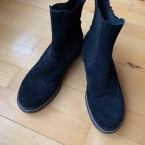 Brugt under 5 gange. Desværre for små til mig. Superflot støvle i rigtig god kvalitet. Porto betales af køber.