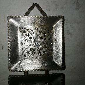 Ældre væglysestage i metal med similisten.