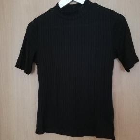 Sort t-shirt fra h&m brugt og vasket få gange.