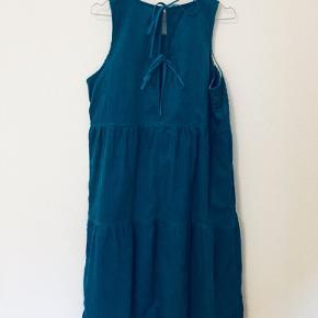 Ny kjole i petroliumsblå 🦋 Der er bindebånd bagpå og kjolen sidder løst  Kan afhentes på Nørrebro, Nordvest eller Frederiksberg 🌻  Se gerne mine andre varer 😍
