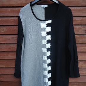 Super flot kjole, som jeg aldrig har fået brugt. Den er i strik i sort/hvid/grå og mærket er Cellbes og med lange ærmer. Brystmål 2 x 64 cm Længde 97 cm