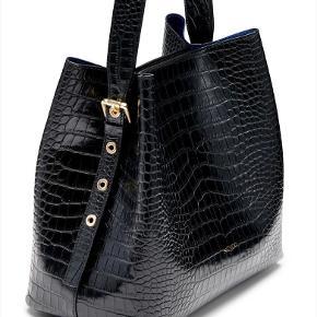 Lækker eksklusiv italiensk læder taske fra Núnoo. Den hedder Chiara og er udsolgt flere steder. Den er nærmest aldrig brugt. Så god som ny.  Der følger en cool make-up pung med til tasken, se billede 3.