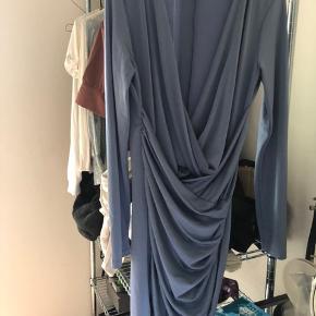 Virklige flot blå kjole str l men svare til en str m
