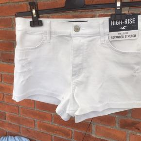 Hvide shorts i stretch denim🌸 Støerlesen er en 11, 30w svarende til en L - passer dog nemt, da der er godt med stræk i stoffet. De er aldrig brugt, hvilket kan ses på mærkerne😊  Se gerne mine andre annoncer - ved køb af mere, finder vi en bedre pris😊