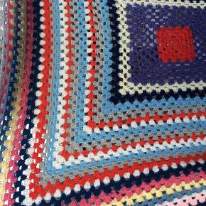 Smukt hælet retro tæppe, skønne farver, ukendt materiale, tror det er mix kunst/uld, måler ca 149*149 cm.  Lidt fnuller i kanten, ellers i god stand. Handler ikke mobile.