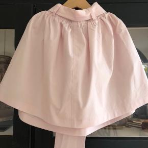 Fineste nederdel med bælte som sløjfe. 100% bomuld. Brugt meget lidt. Perfekt stand. Fra SS19 kollektionen. Nypris: kr 450,-  Køber betaler evt porto og gebyr. Handler gerne mobilepay.