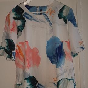 Smuk rummelig bluse. Længde: 59 Bryst: 56