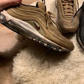 300kr pr. Par. Skoene fejler ingenting, men har stået på loftet i lang tid. De trænger til en våd klud, og så er de næsten så gode som nye 😁