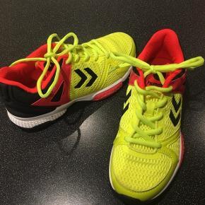 Håndbold sko til børn  Brugt 2 gange indendørs :-)  Mobilepay