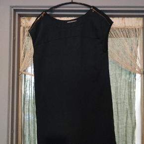 Fin, anvendelig læs kjole med lynlås detaljer på skuldrene. Tråd løbet lidt men ikke noget man ser.