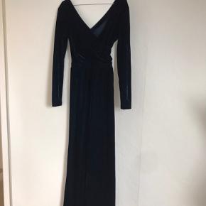 Smuk midnatsblå velourkjole, maxikjole, gallakjole - aldrig brugt eller vasket. Farve: blå, Mørkeblå. Størrelse: S/36 Købspris: 1400 kr.  Den smukkeste lange kjole i velour med slids. Rabat ved flere køb hos mig