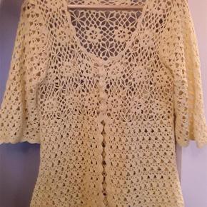 Rigtig sød hæklet cardigan, med 3/4 lange ærmer. 100% bomuld. Brystvidde ca. 112 cm, længde 70 cm.  Hæklet cardigan Farve: Gul