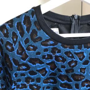 Fineste blå leokjole fra Baum. Let stræk i stoffet og skjult slids med lynlås. Passer en M.