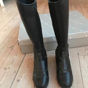 Brand: Horze Varetype: Ridestøvler Størrelse: 32 Farve: Sort Oprindelig købspris: 450 kr.  Ridestøvlet med langt skaft fra Horze. Brugt 3 gange.