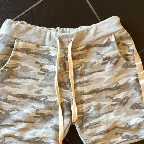 Brand: Army Varetype: Bløde sweat shorts Størrelse: ONE SIZE Farve: Grå/hvid Oprindelig købspris: 299 kr.  Bytter ikke Handler helst via mobile pay Der er elastik i taljen  Onesize dækker ca op til 90cm