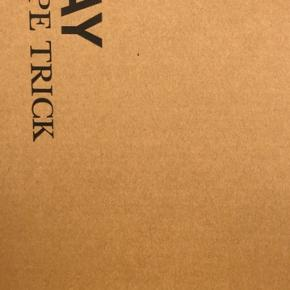 Helt ny sort Rope Trick standerlampe i original emballage sælges! Sælger udelukkende da jeg ikke har plads til den.