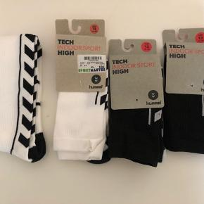 4 par Hummel strømper str. 12 / 41-45. Aldrig brugt. 2 par hvide med sorte logoer og 2 par sorte med hvide logoer. Det er den lange model.  Prisen er for alle fire par.